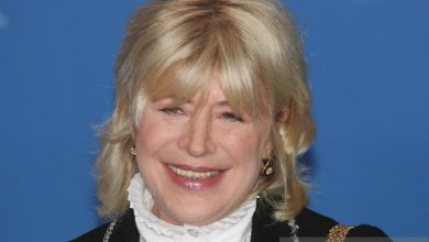 Photo of Penyanyi Marianne Faithfull dirawat di RS karena corona